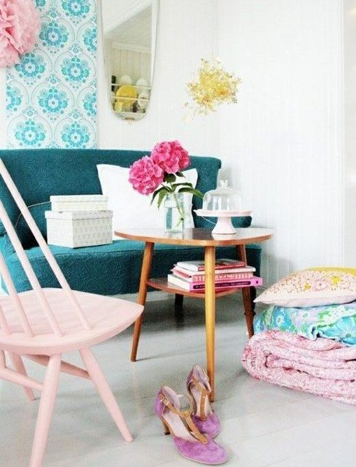 girly living room with pink chair and turquoise sofa. The vivid patterned wallpaper brings it all together. So fresh, but still cosy and relaxing, love it.